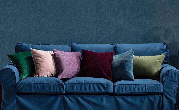 Ciemny pokrowiec na kanapę i kolorowe poduszki