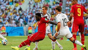 Philipp Lahm w walce o piłkę z Sulleyem Muntarim