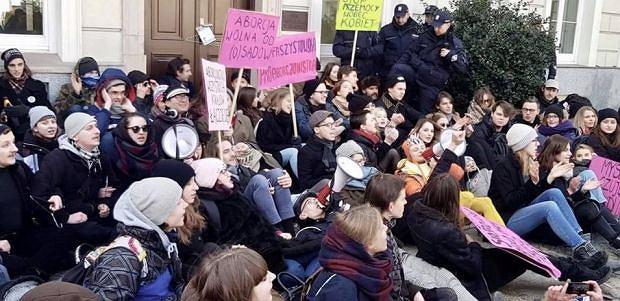 Protest Studenckiego Komitetu Antyfaszystowskiego przed siedzibą warszawskiej kurii