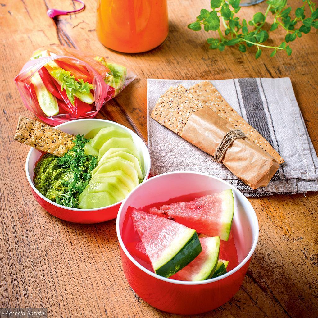 Gazpacho ze zmiksowanych pomidorów i melona, owoce