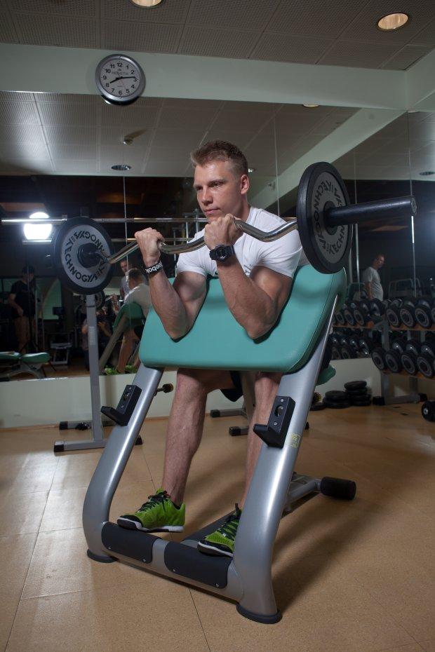 Siłownia bez tajemnic: biceps na modlitewnik