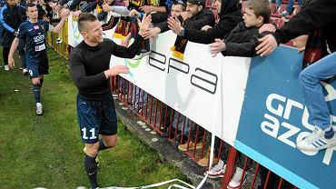 Marcin Robak z kibicami po meczu