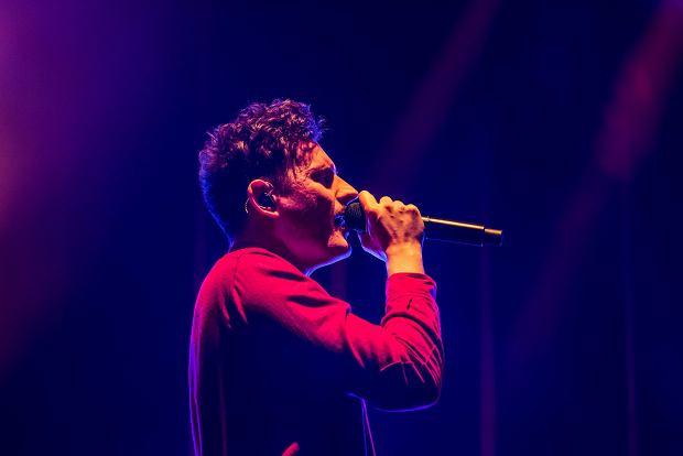 Dawid Podsiadło podczas koncertu na warszawskim Torwarze, 17 grudnia 2018.