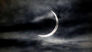 Zaćmienie Słońca występuje wtedy, gdy Księżyc znajdzie się pomiędzy Słońcem a Ziemią i całkowicie lub częściowo zablokuje dochodzące do Ziemi światło słoneczne