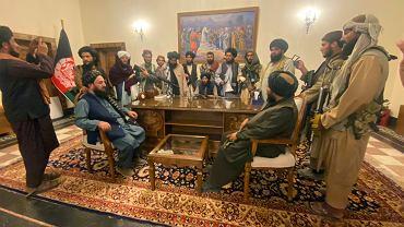 Talibowie w pałacu prezydenckim w Kabulu