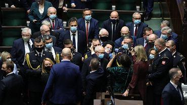 Sejm, 27 X 2020 r. Opozycja próbuje się dostać do prezesa PiS Jarosława Kaczyńskiego - zdjęcie ilustracyjne