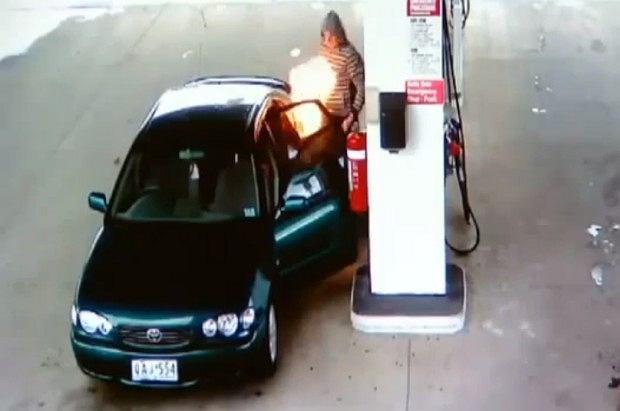 Zabawa zapalniczką na stacji benzynowej