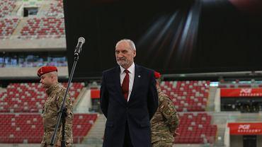 Antonii Macierewicz podczas pokazu wyszkolenia Oddziału Specjalnego Żandarmerii Wojskowej w związku z przygotowaniami do szczytu NATO w Warszawie