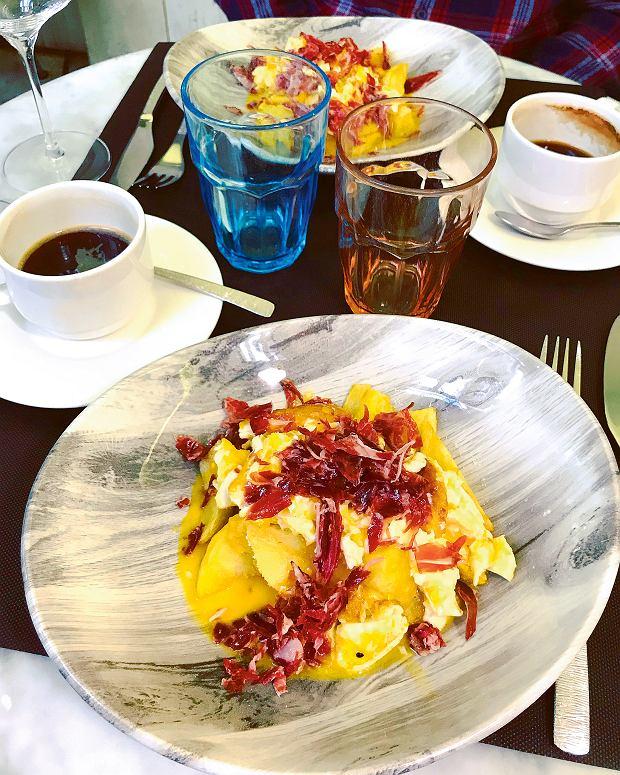 Huevos rotos, czyli jajka smażone wgłębokim tłuszczu tak, by żółtko pozostało płynne, podawane na krótko smażonych ziemniakach wrestauracji Brots De Vi