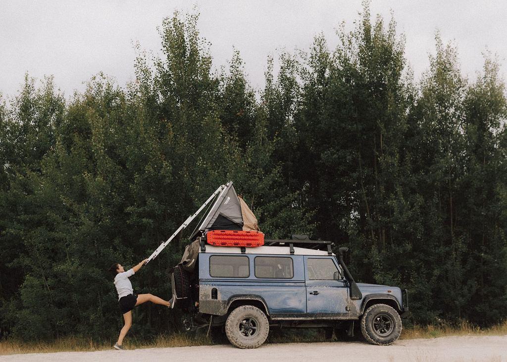 Samochód przerobiony na 'terenowy dom'