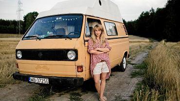 Agnieszka Pajączkowska ze swym Wędrownym Zakładem Fotograficznym w wysłużonym Volkswagenie T3