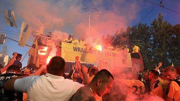 Po meczu z Chrobrym Głogów piłkarze i kibice gdyńskiej Arki udali się w miasto, by wspólnie świętować awans klubu do ekstraklasy.