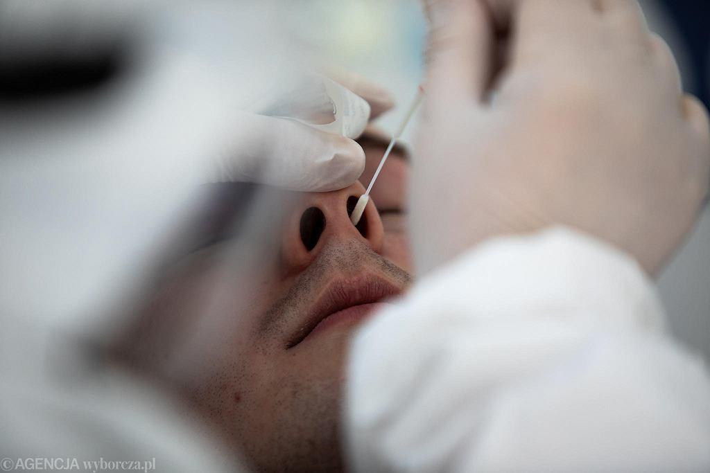 Pobieranie wymazu do testu na obecność koronawirusa