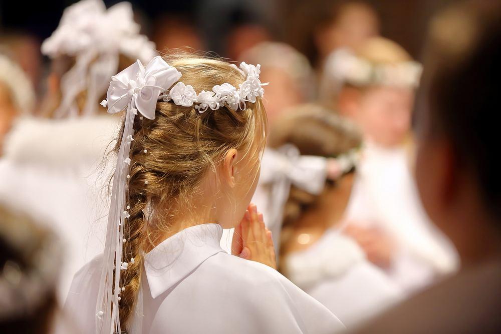 Kluczem do wybierania stroju na komunię czy też fryzury na komunię jest skromność.