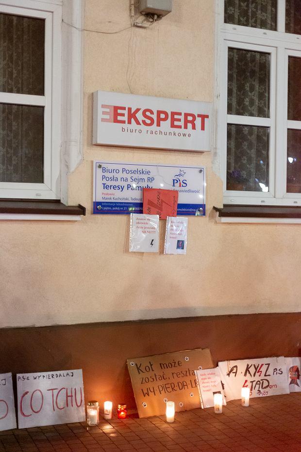 Strajk Kobiet pod biurem poselskim Teresy Pamuły w Lubaczowie