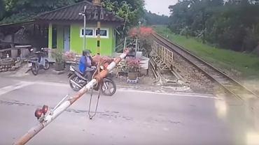 Motocyklistka przez swoja nieuwagę prawie zginęła pod kołami pociągu