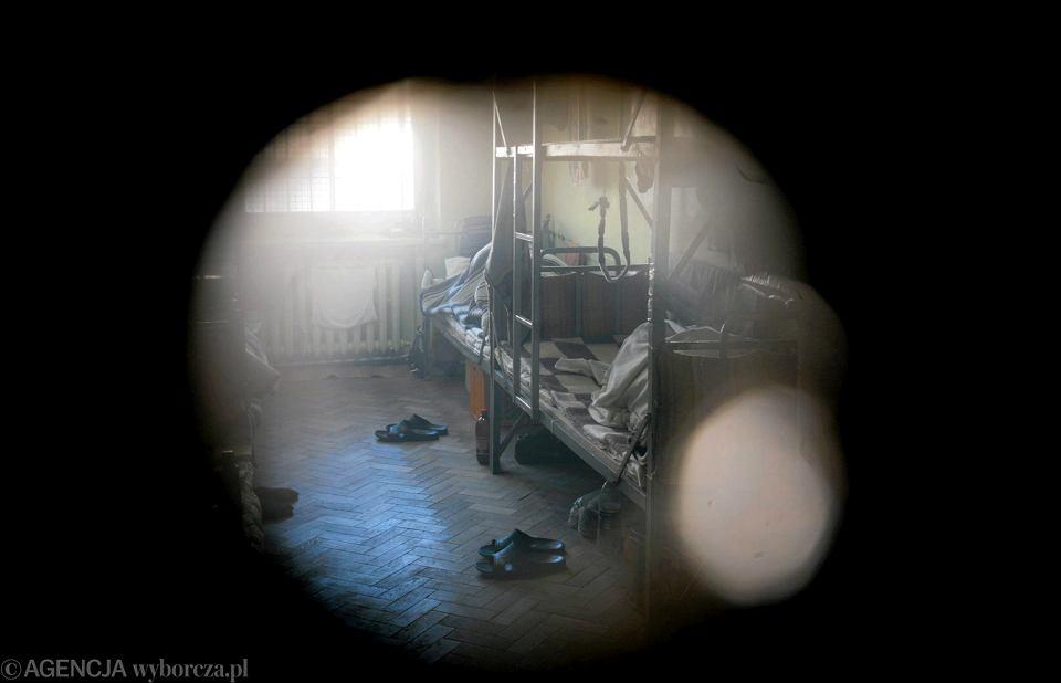 Więzienna cela widziana przez wizjer