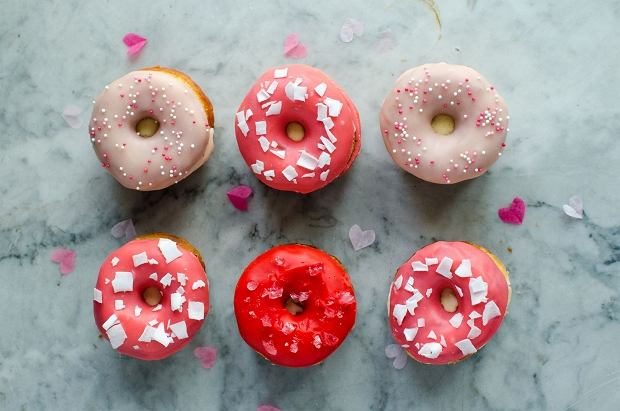Donut ice carem sandwich - kolorowe donuty przełożone lodami z dodatkiem śliwki kalifornijskiej