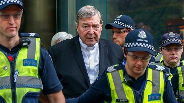 Australijski kardynał George Pell przed gmachem sądu w Melbourne, 2 maja 2018 r.