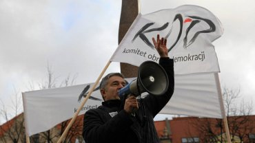 Władysław Frasyniuk podczas manifestacji zorganizowanej przez Komitet Obrony Demokracji