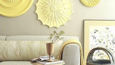 Sztukaterie w kształcie ozdobnych rozet na ścianie