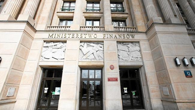 Mafia paliwowa w Ministerstwie finansów? Urzędnicy składają raport premierowi, resort zaprzecza