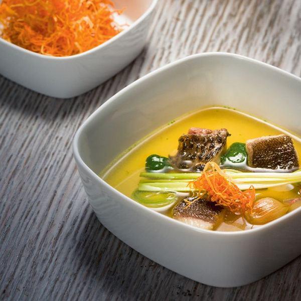 Bulion rybny z kawałkami karasia i lina, chrustem marchwiowo-pietruszkowym i chlorofilem
