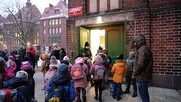 Pandemia koronawirusa. Powrót do nauki stacjonarnej uczniów klas 1-3. Szczecin, Szkoła Podstawowa Nr1, 18 stycznia 2021