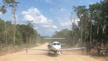 Samolot przemytników na lądowisku wyciętym w dżungli
