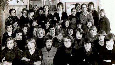 Pamiątkowe zdjęcie Ewy Woźniak z SP 12. Na klasowej fotografii, z lewej strony w górnym rzędzie - Zofia Drejer