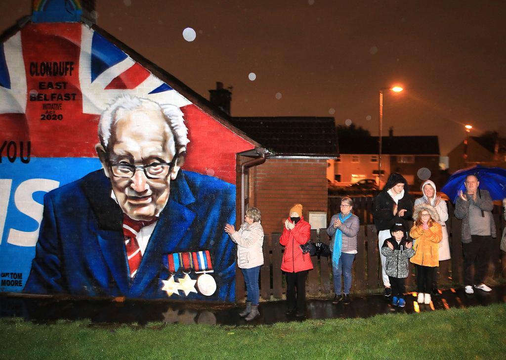Brytyjczycy oddali hołd 100-letniemu bohaterowi walki z koronawirusem