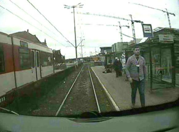 Motorniczy Karol Mielnik wraca do kabiny tramwaju, by wezwać pomoc (zdjęcie z monitoringu)