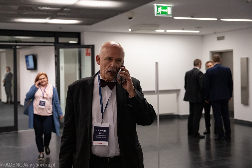 Janusz Korwin-Mikke podczas 'okrągłego stołu' na Stadionie Narodowym