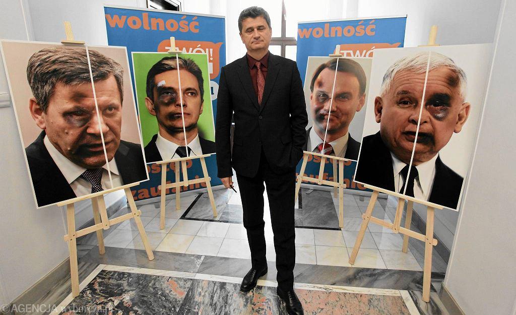 Performance Ruchu Palikota. Partia zorganizowała w Sejmie wystawę ze zdjęciami liderów ugrupowań ucharakteryzowanych na pobitych