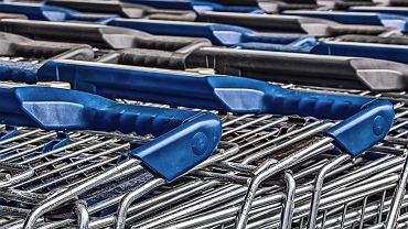 Koronawirus. Czy sklepy dezynfekują wózki? Lidl i Biedronka komentują