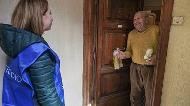 Koronawirus odciął od świata kilka milionów starszych Polaków. Pomóżmy im!
