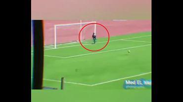 Chłopiec od podawania piłek zapobiegł utracie gola.