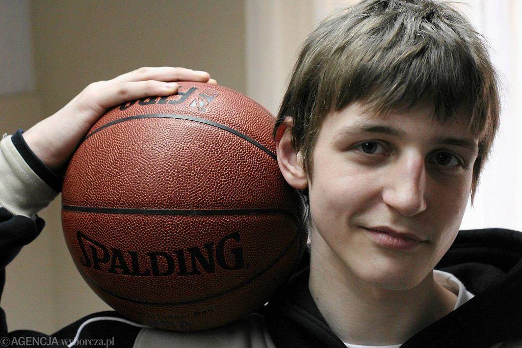 Marzec 2005 r. Adam Waczyński jeszcze przed rozpoczęciem swojej dużej zawodowej kariery koszykarskiej.