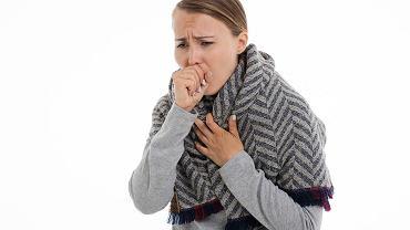 Ból gardła może być objawem towarzyszącym COVID-19, ale jest objawem typowym dla przeziębienia