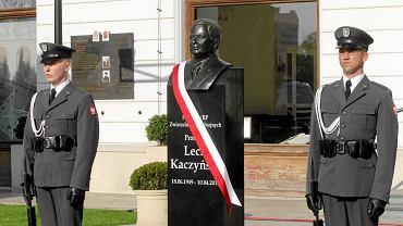 Katastrofa smoleńska. Popiersie Lecha Kaczyńskiego przy placu Piłsudskiego w Warszawie, przeniesione już do gmachu Garnizonu Warszawskiego