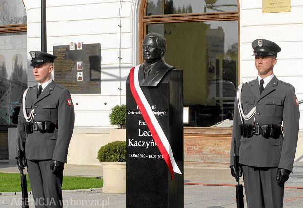 """Katastrofa smoleńska. Pomnik Lecha Kaczyńskiego """"tylko na chwilę"""" stanął na pl. Piłsudskiego"""