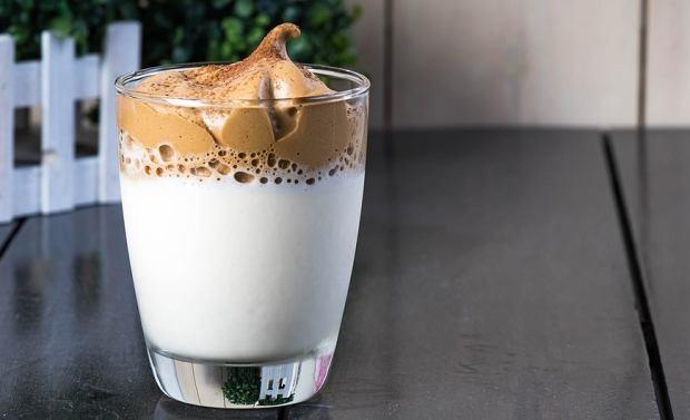 Kawa ubita, z cynamonem, a może z żółtkiem? Sprawdź, jakie kawy pija się na świecie i wybierz swoją ulubioną [PRZEPISY]