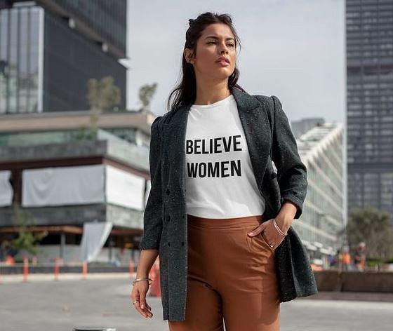 T-shirt z napisem, zawierający przesłanie