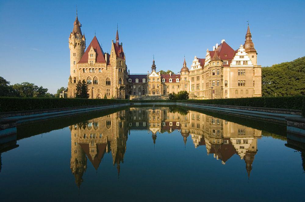 Pałac w Mosznej. To jedna z najbardziej okazałych rezydencji na terytorium Polski, jest perełką Ziemi Opolskiej. XVII-wieczna budowla mieści dziś Centrum Terapii Nerwic i jest częściowo udostępniona do zwiedzania.