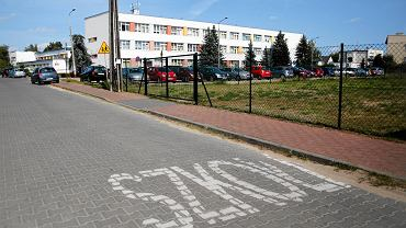 Droga przed Gimnazjum nr 58 na Junikowie
