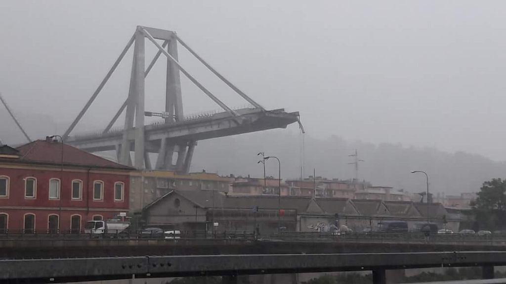 Genua. Zawalił się wiadukt z autostradą