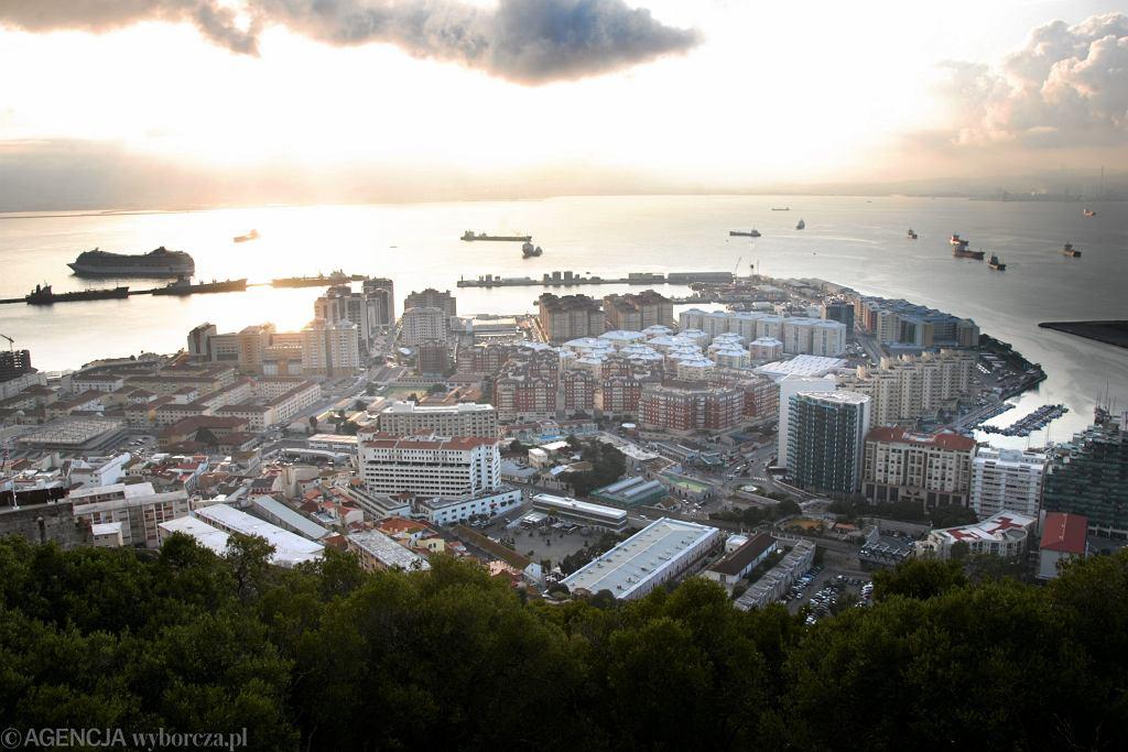 Restauracje otwarte do 2 w nocy, na zewnątrz bez maseczek. Gibraltar znosi obostrzenia