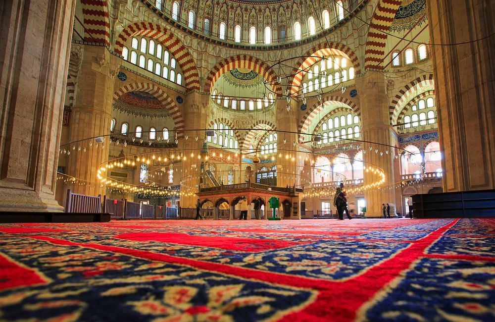 Turcja: Selimiye. Selimiye to meczet, leży w mieście Edirne w europejskiej części Turcji. Zaprojektował go najsłynniejszy architekt Imperium Osmańskiego, Mimar Sinan (stworzył ponad 300 budowli) - meczet uchodzi za jego najwspanialsze dzieło i szczytowe osiągnięcie architektury islamskiej. Meczet stanowi część kompleksu, który tworzy jeszcze kryty bazar (jest tu jedno z wejść do meczetu), medresa, biblioteka, wieża zegarowa i dziedziniec. Wnętrze meczetu jest bardzo przestronne, z każdego jego miejsca widać mihrab (czyli niszę wyznaczającą kierunek Mekki), a wnętrze jest przepięknie zdobione kafelkami z Izniku. Zwiedzanie próbują utrudniać sprzedawcy torebek na buty, ale to tylko trik - buty można zostawić w przeznaczonym dla tego miejscu.