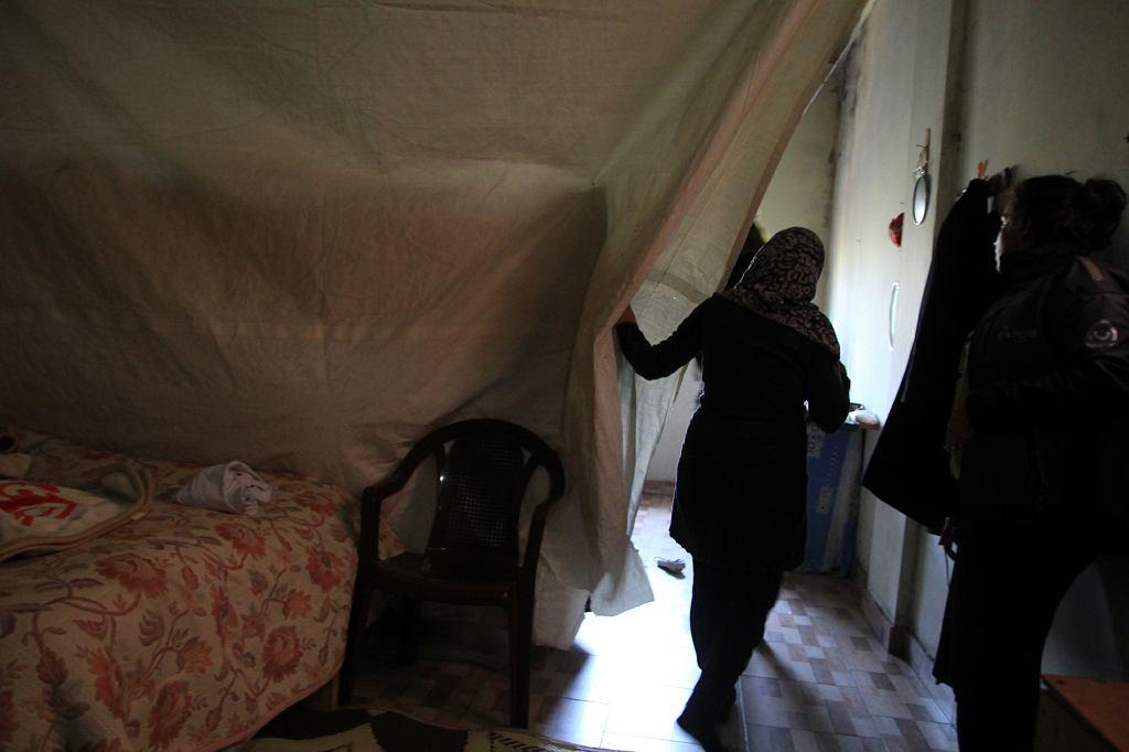 Sahar w wynajmowanym garażu, który służy jej za mieszkanie