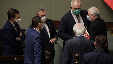 Posłowie PiS - drugi dzien 10 . posiedzenia Sejmu IX kadencji podczas epidemii koronawirusa